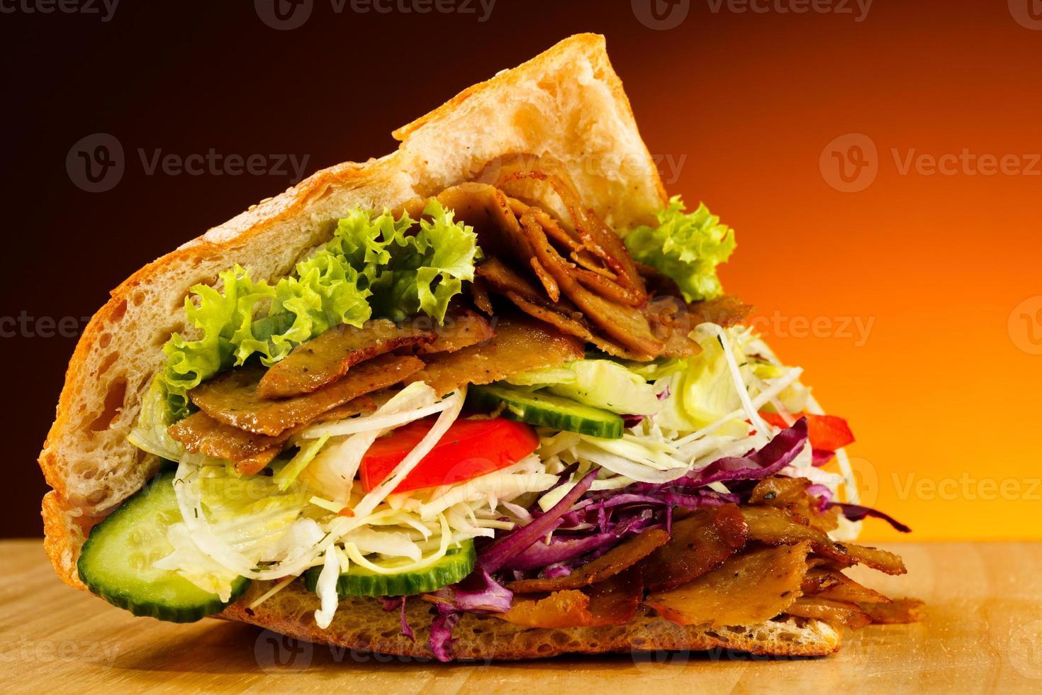 pita - carne e legumes grelhados foto