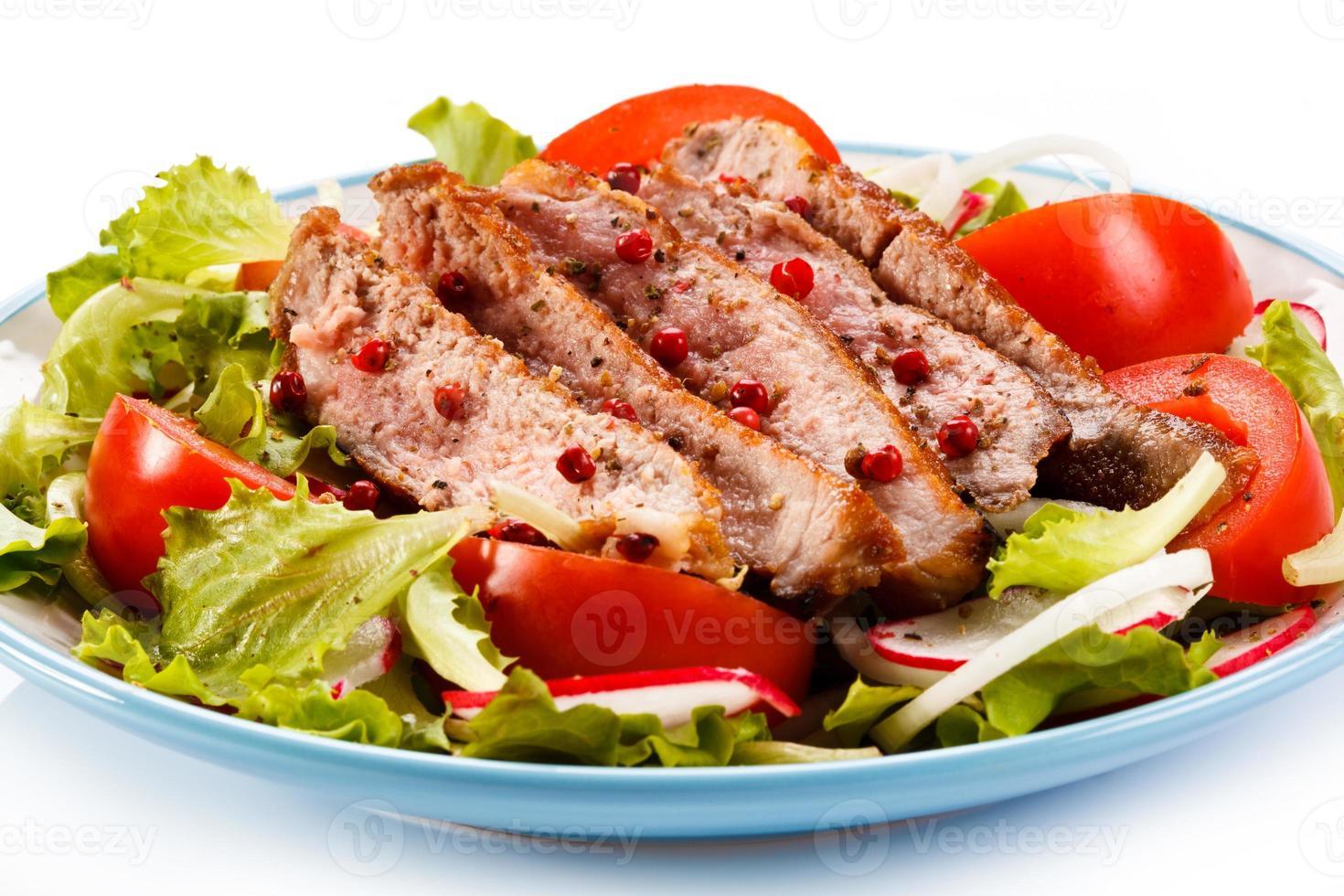 carne e legumes assados foto