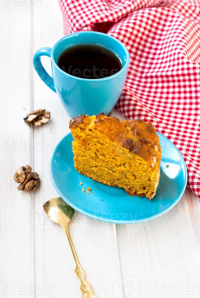 xícara de chá e um pedaço de bolo de cenoura foto