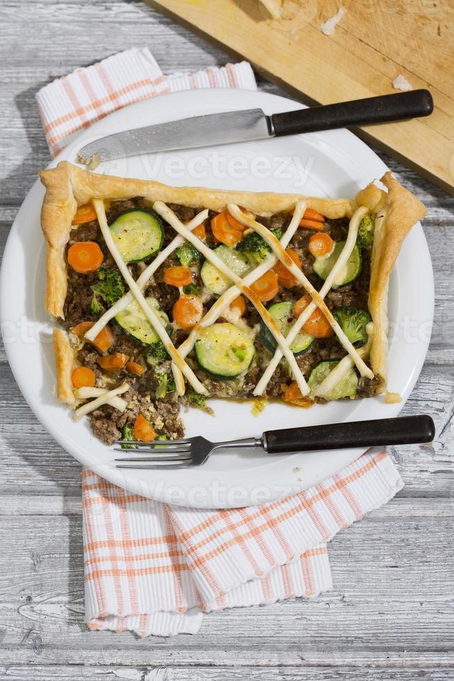 tarte com carne picada e legumes foto