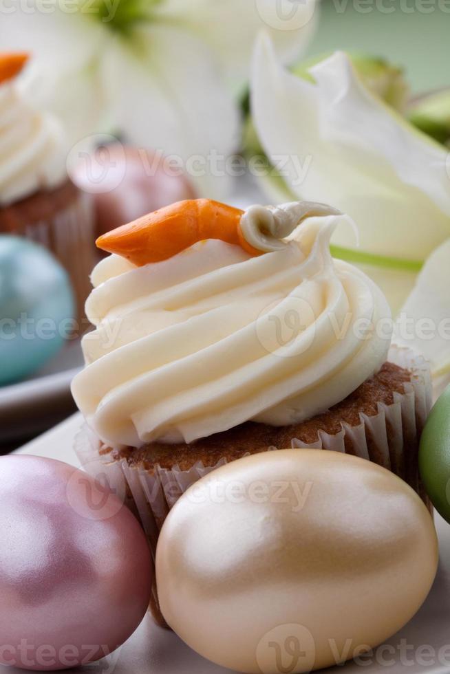 muffins de lírio da páscoa e bolo de cenoura foto