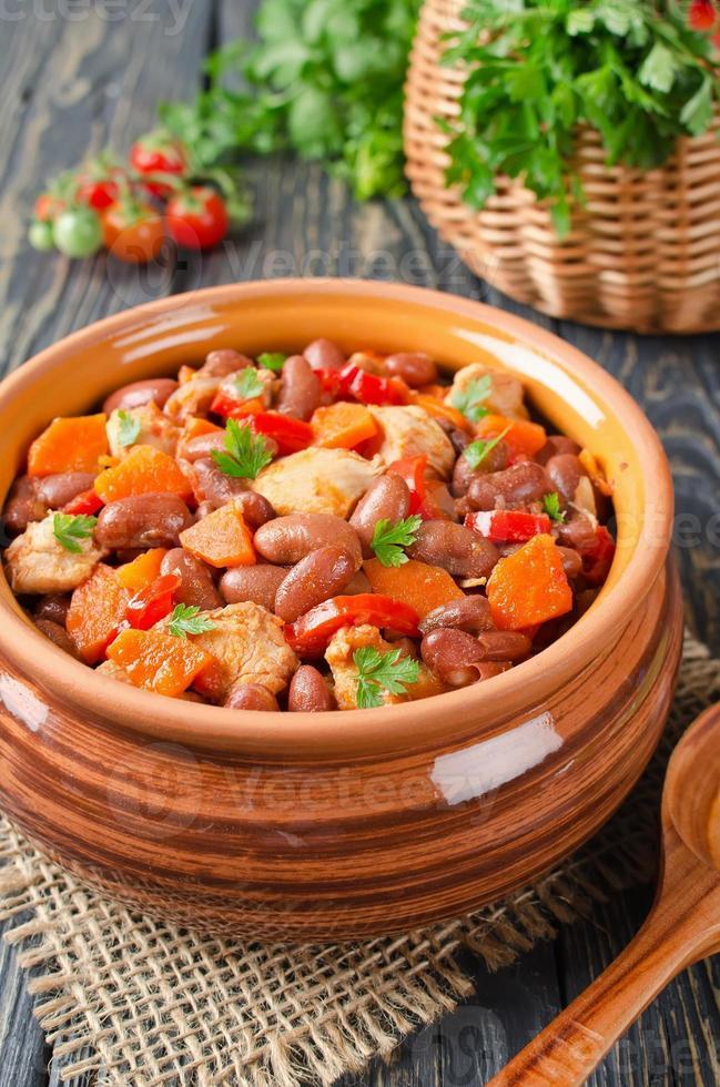 ensopado de legumes com frango e feijão foto