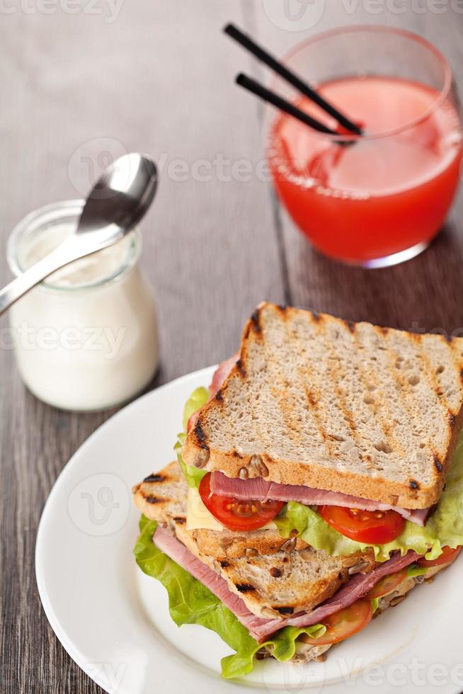 sanduíches frescos refeição do café da manhã foto