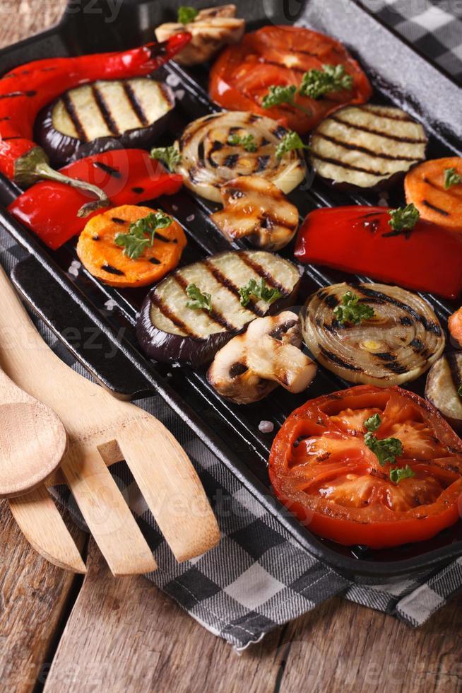 legumes: pimentão, tomate, cebola, na panela de grelhar. vertical foto
