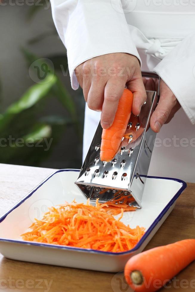 fazendo salada de cenoura ralada foto