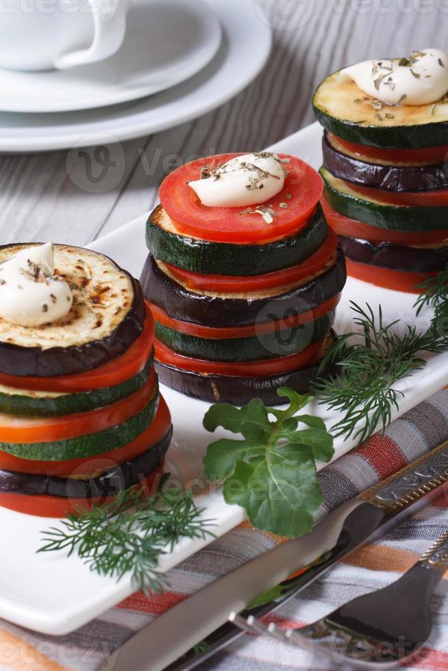 legumes assados alinhados torre closeup. foto