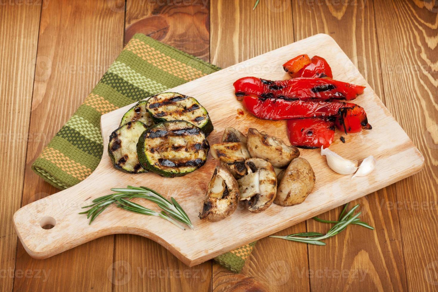 legumes grelhados na tábua foto