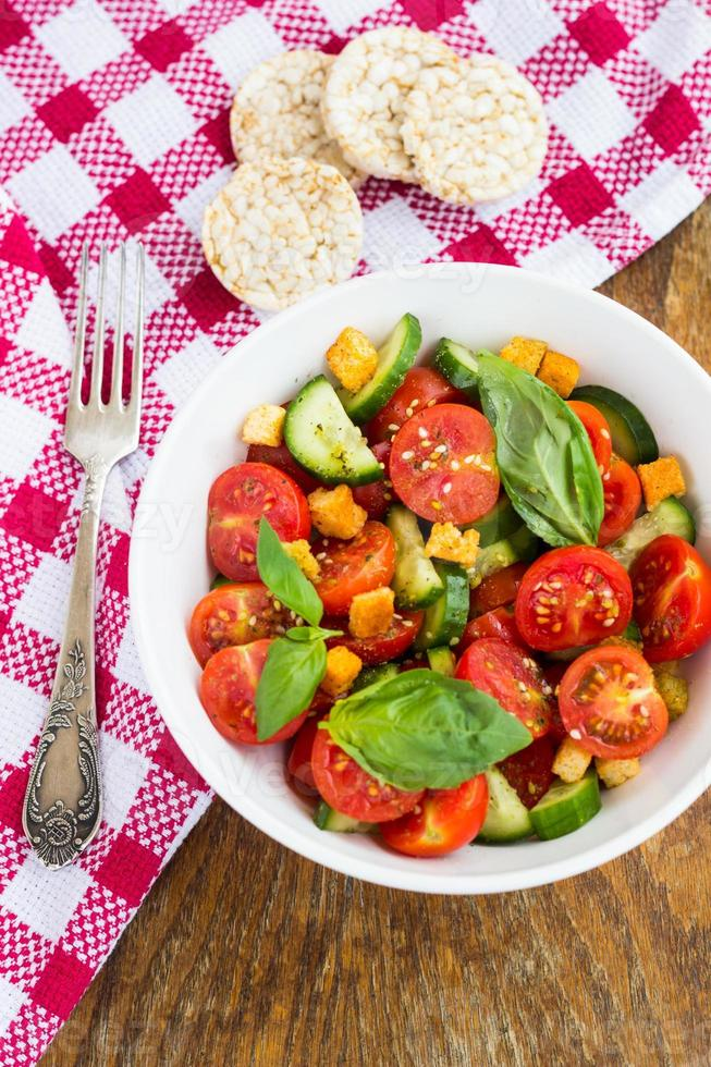 salada de tomate com pepino e croutons foto