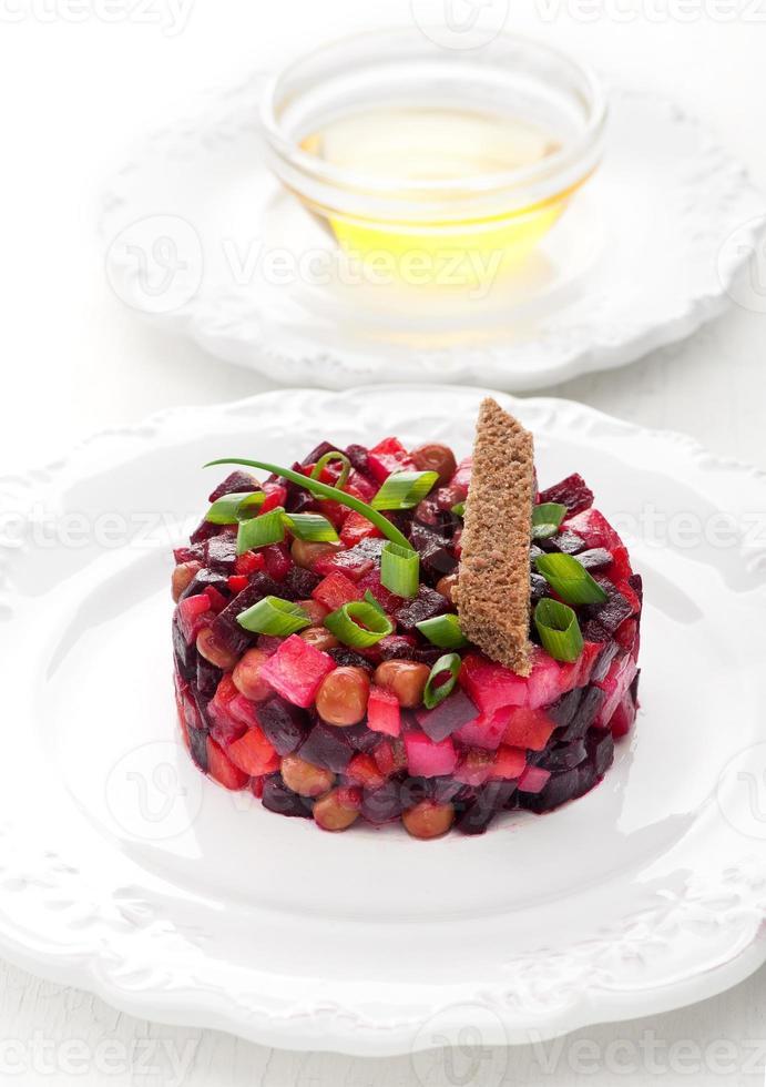 salada de legumes russa tradicional vinagrete com beterraba foto