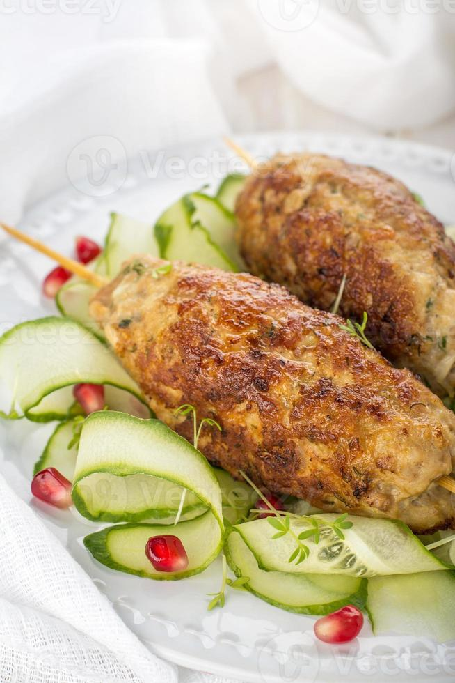 espetos de kebab. costeletas de carne foto