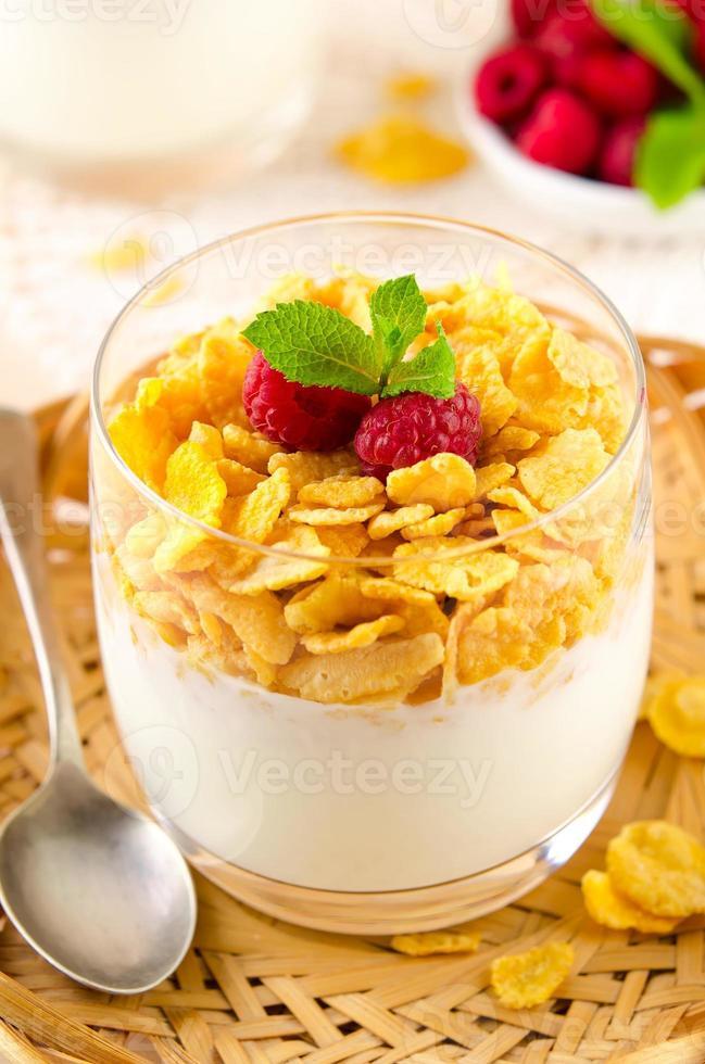 café da manhã com flocos de cereais, iogurte e framboesas frescas foto