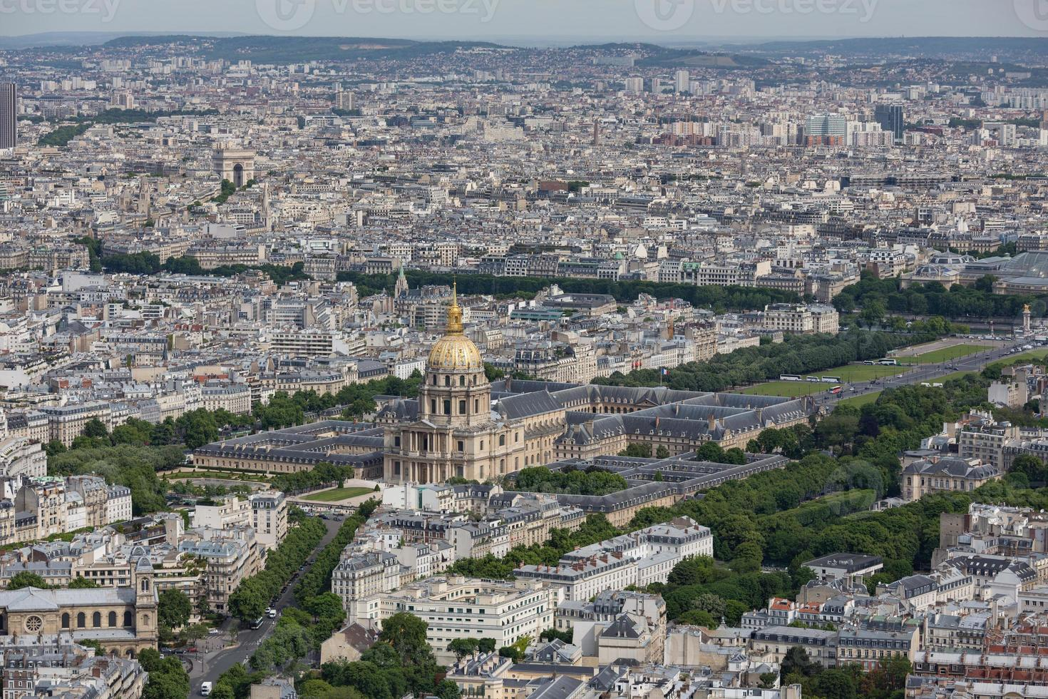 panorama de paris com vista aérea na cúpula des invalides foto