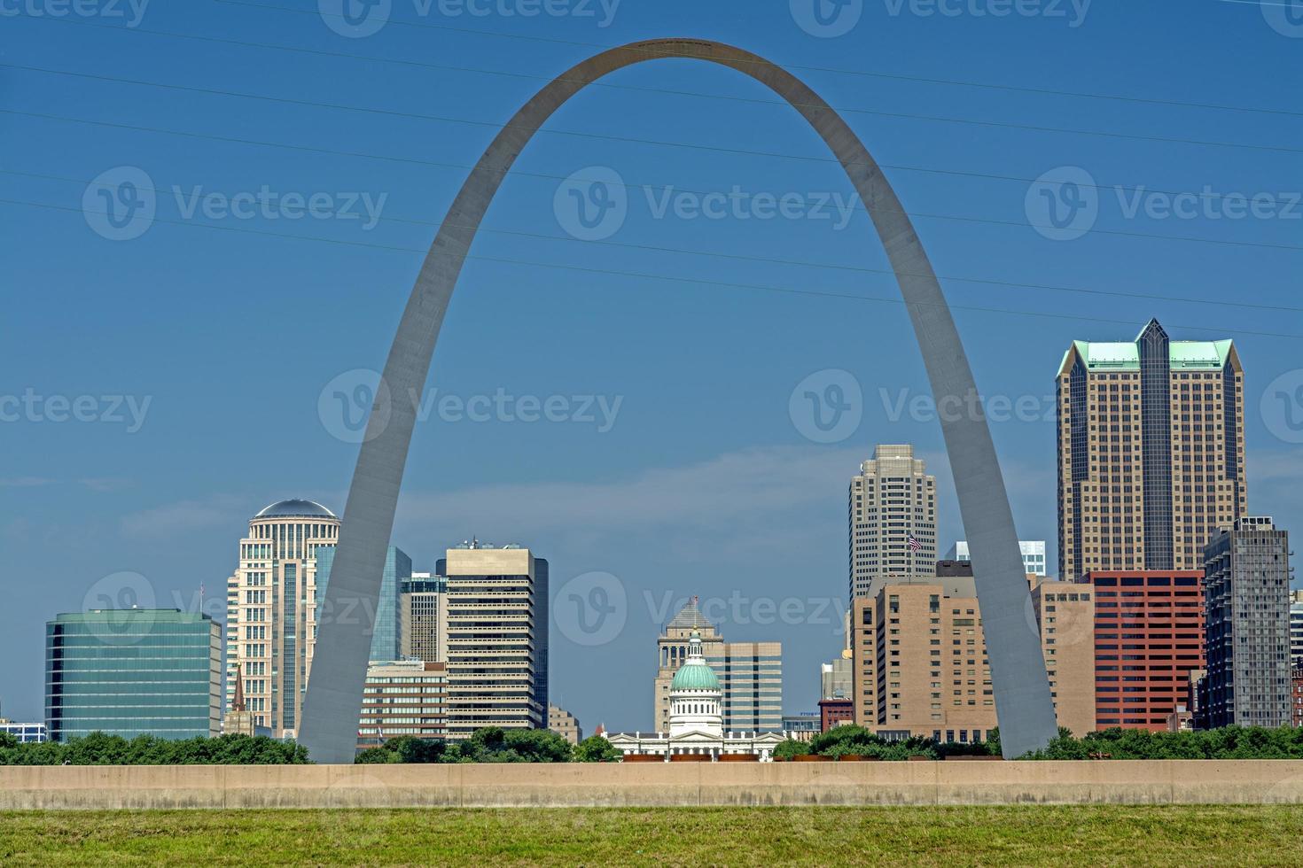 arco icônico em st. loius com cidade foto
