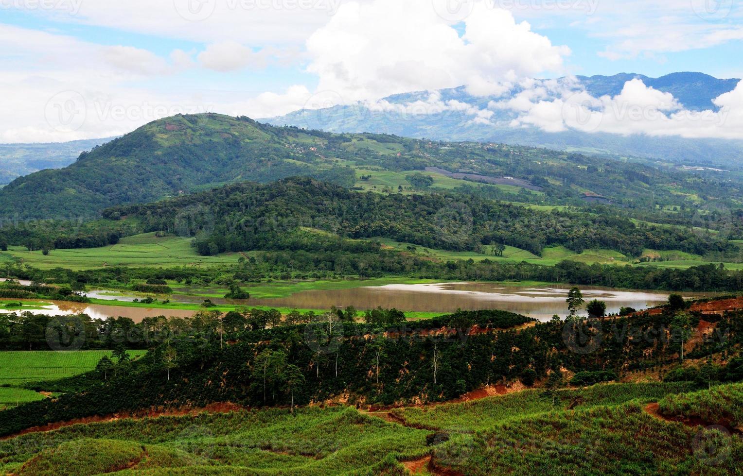 plantação, rio, montanhas foto