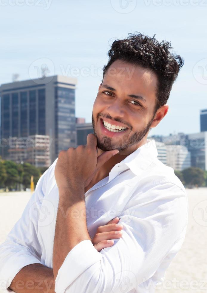 homem brasileiro inteligente com skyline em segundo plano foto