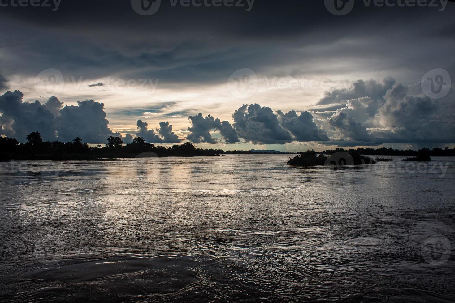 pôr do sol no rio mekong foto