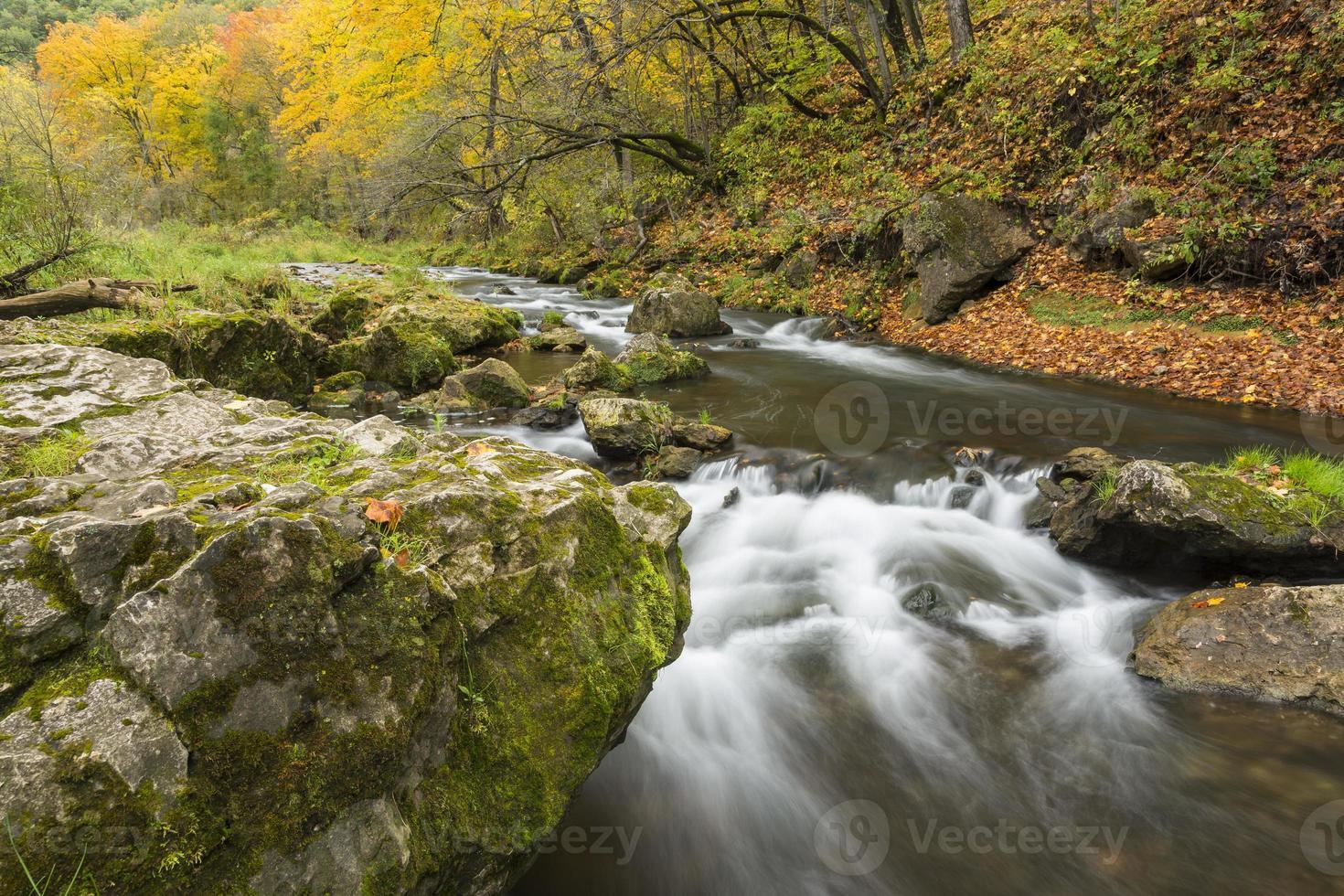 rio de águas bravas no outono foto
