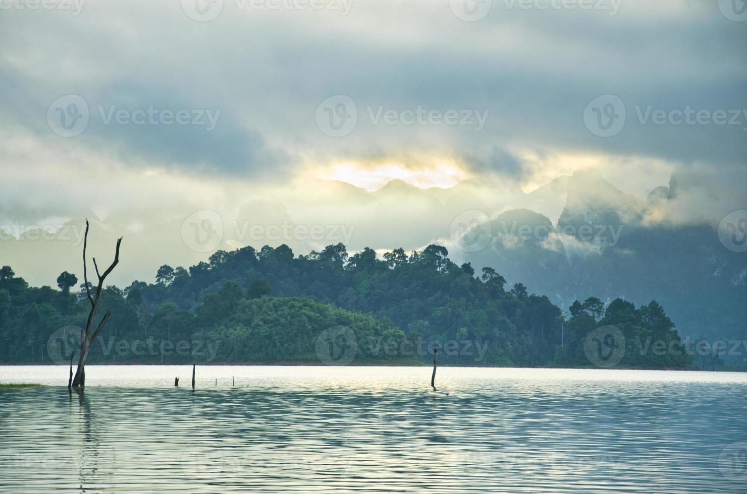 belas montanhas e atrações naturais na barragem de ratchaprapha foto