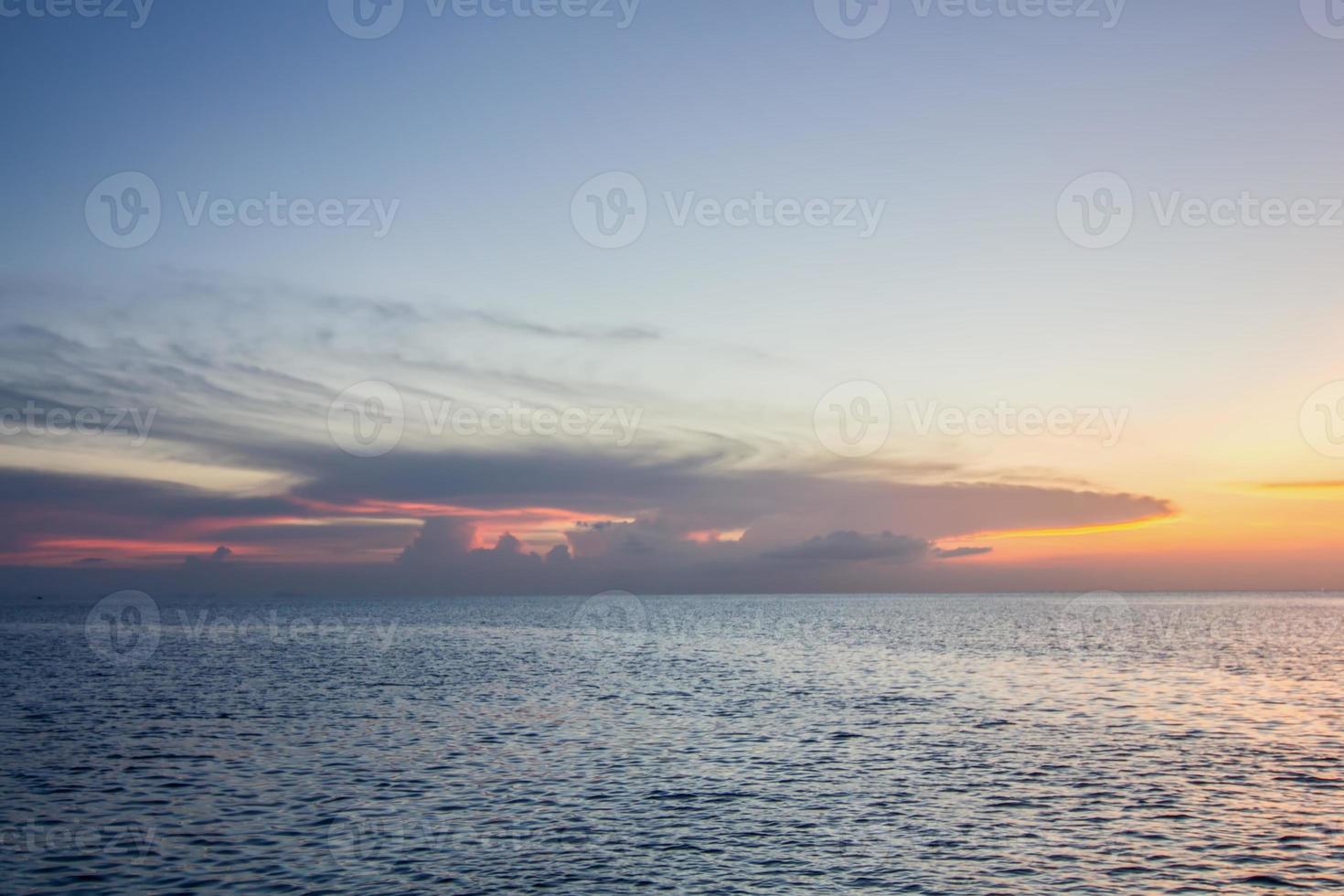 pôr do sol no mar, koh phangan, surat thani, tailândia foto