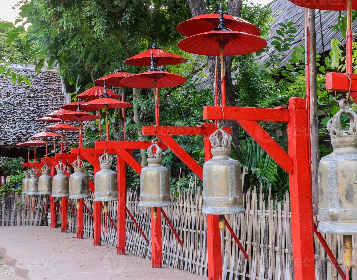 sinos budistas em chiang mai, tailândia foto