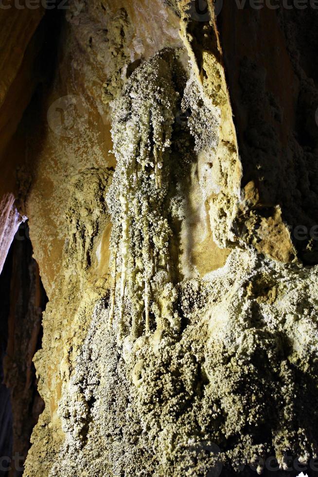coral cave em ratchaprapa dam surat thani, tailândia. foto