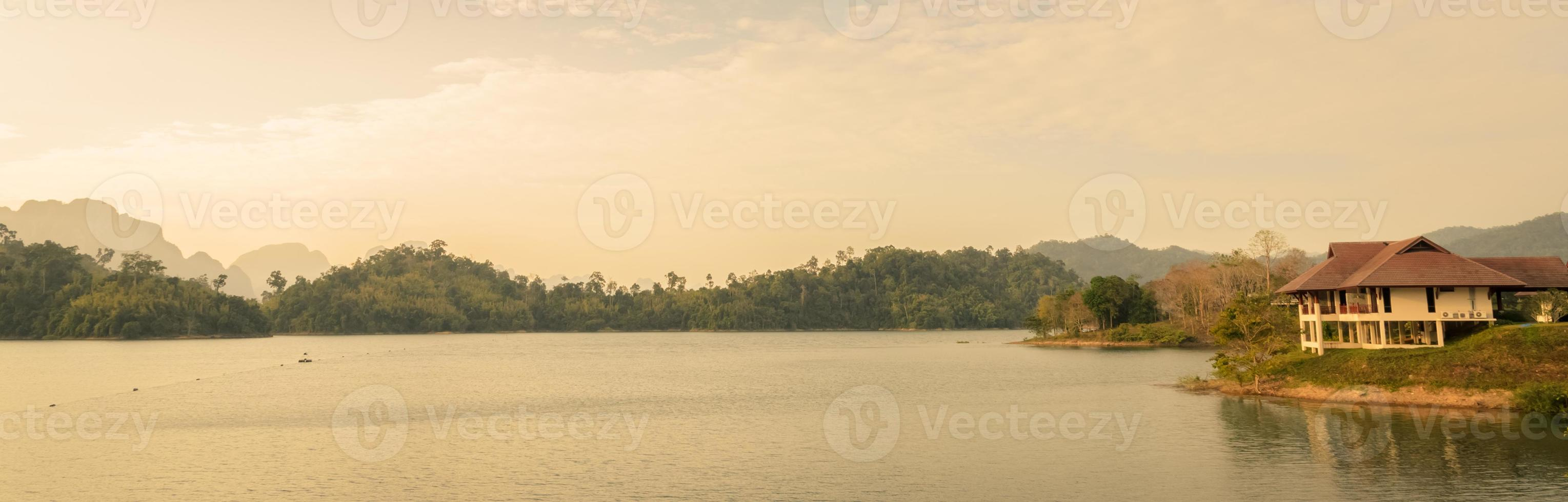 barragem de ratchaprapha na província de surat thani, tailândia foto