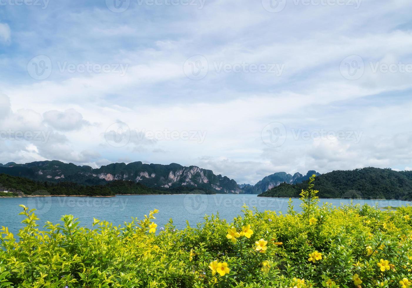 rio e montanhas barragem de ratchaprapha província de surat thani, thaila foto
