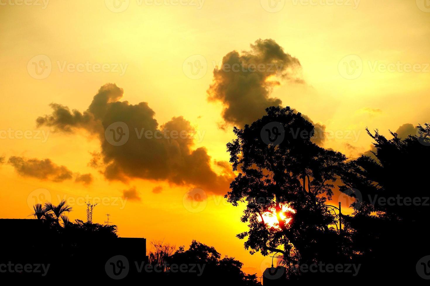 pôr do sol laranja no bairro de Singapura foto