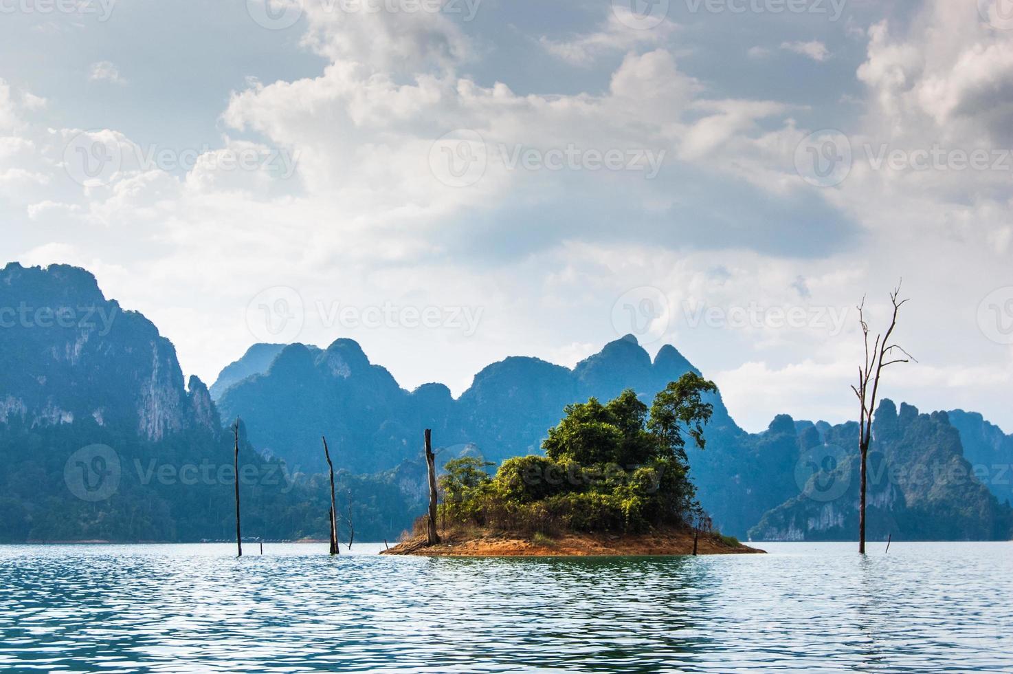 pequena ilha, parque nacional khao sok foto