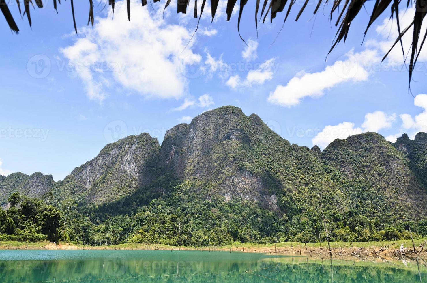 luxuriantes montanhas de pedra calcária alta .. foto