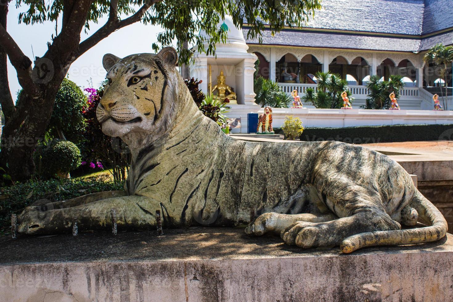 estátua de tigre no templo tailandês foto