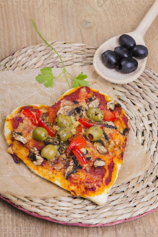 pizza em forma de coração foto