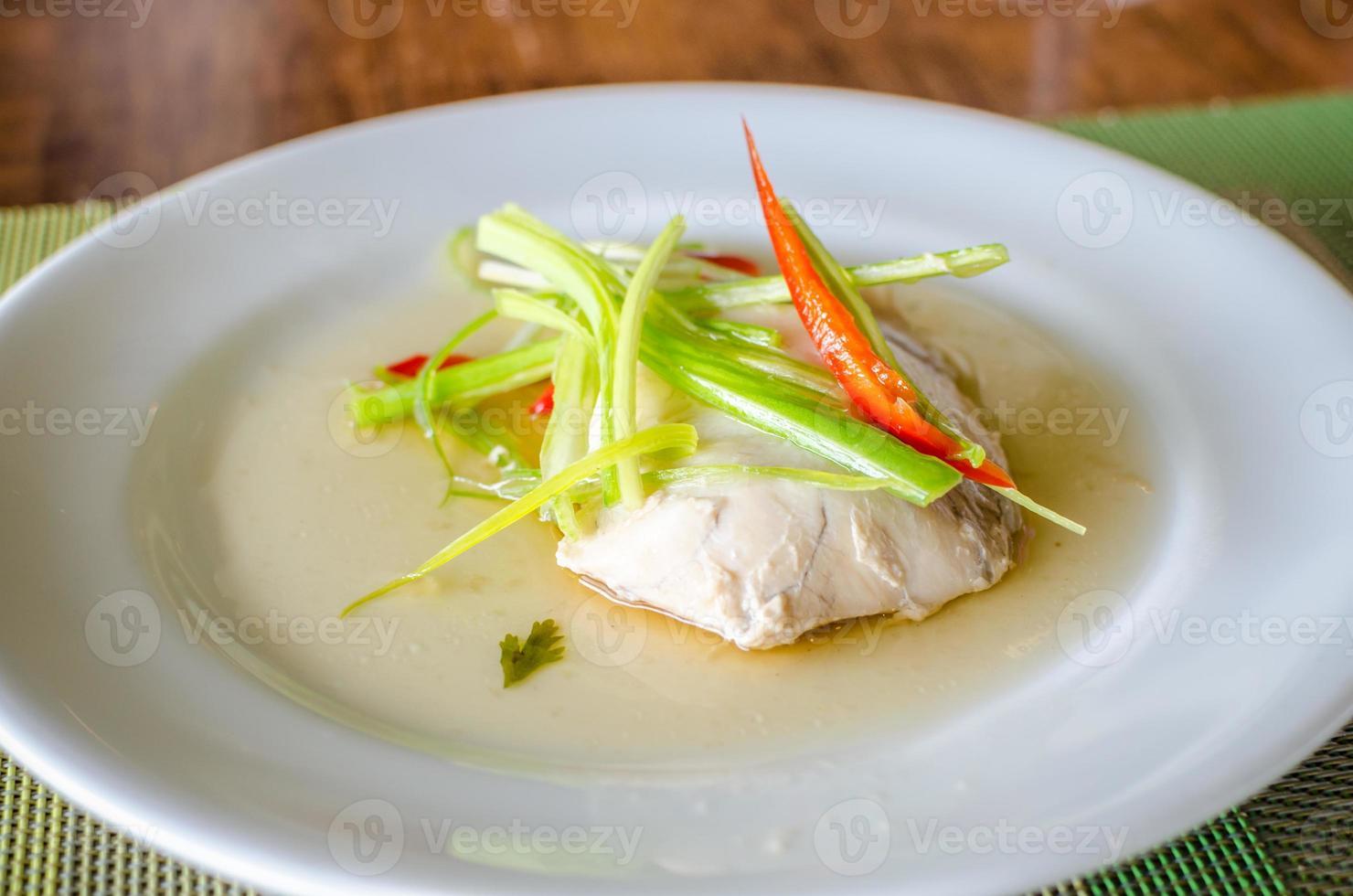 peixe sable cozido no vapor em molho de soja foto