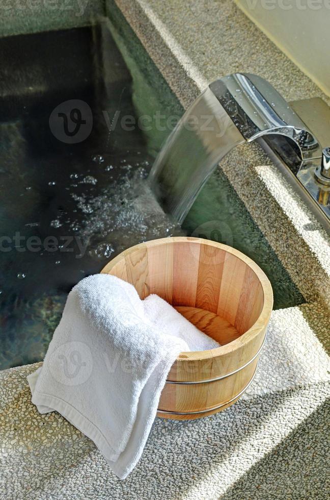 balde de banho com uma toalha foto