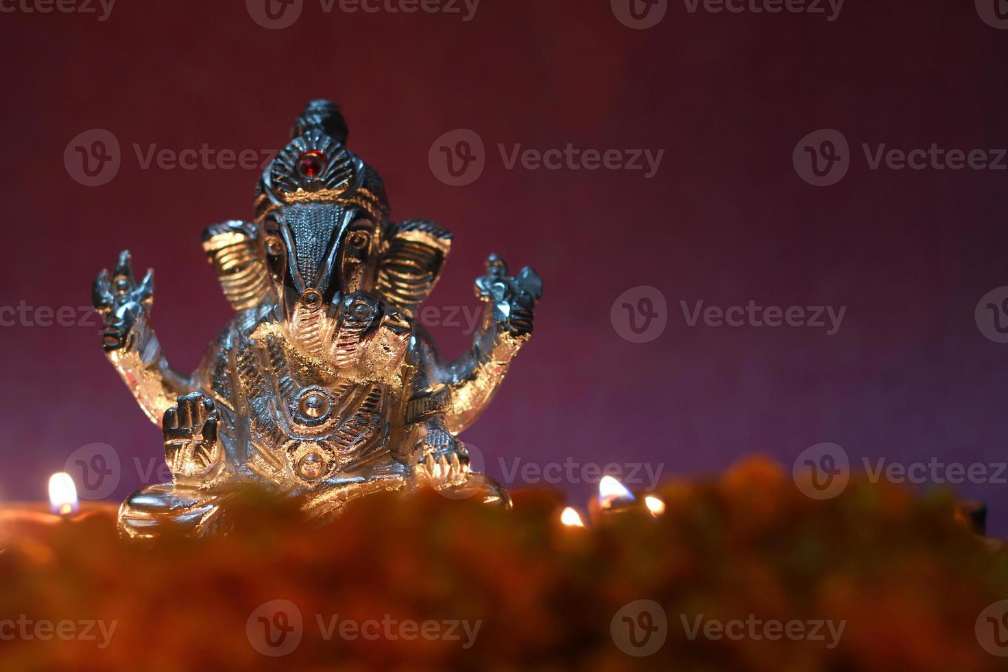ídolo ganesh brilhando devido à lâmpada de óleo, época do festival foto