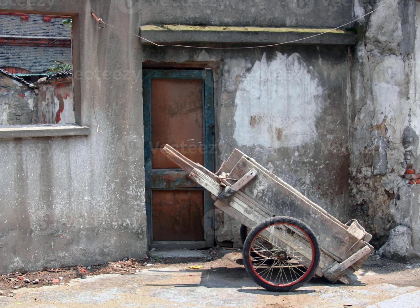 porta de cena de rua de china e carrinho de mão foto