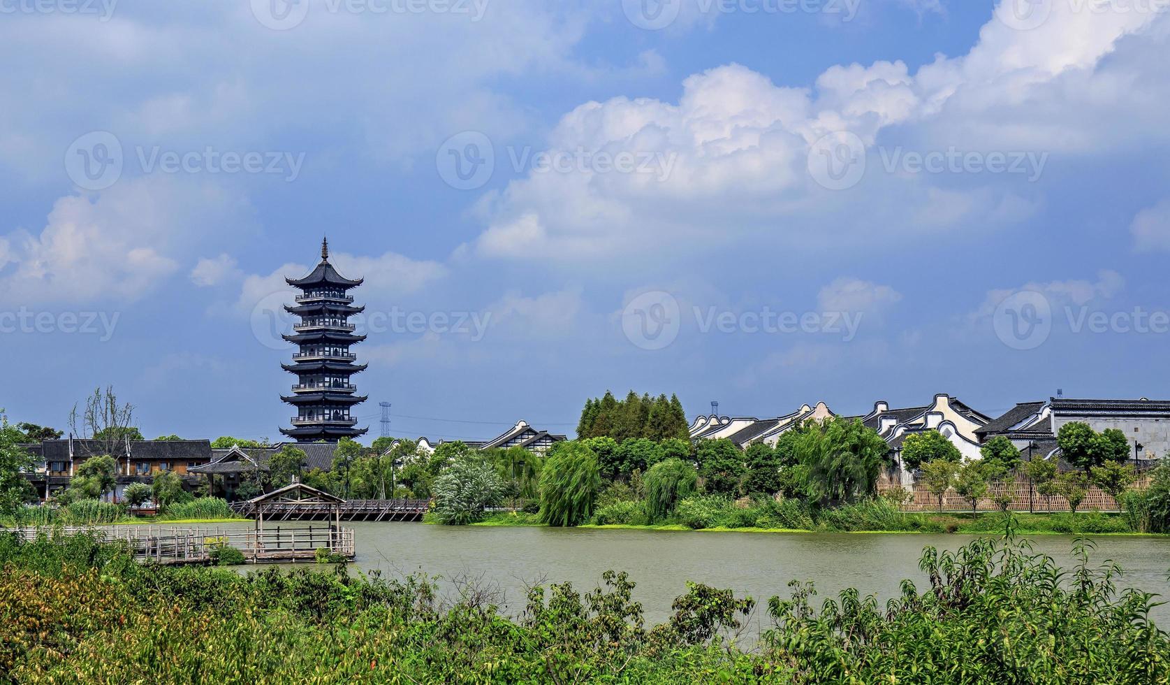 templo tradicional na vila de água wuzhen durante o dia na china foto