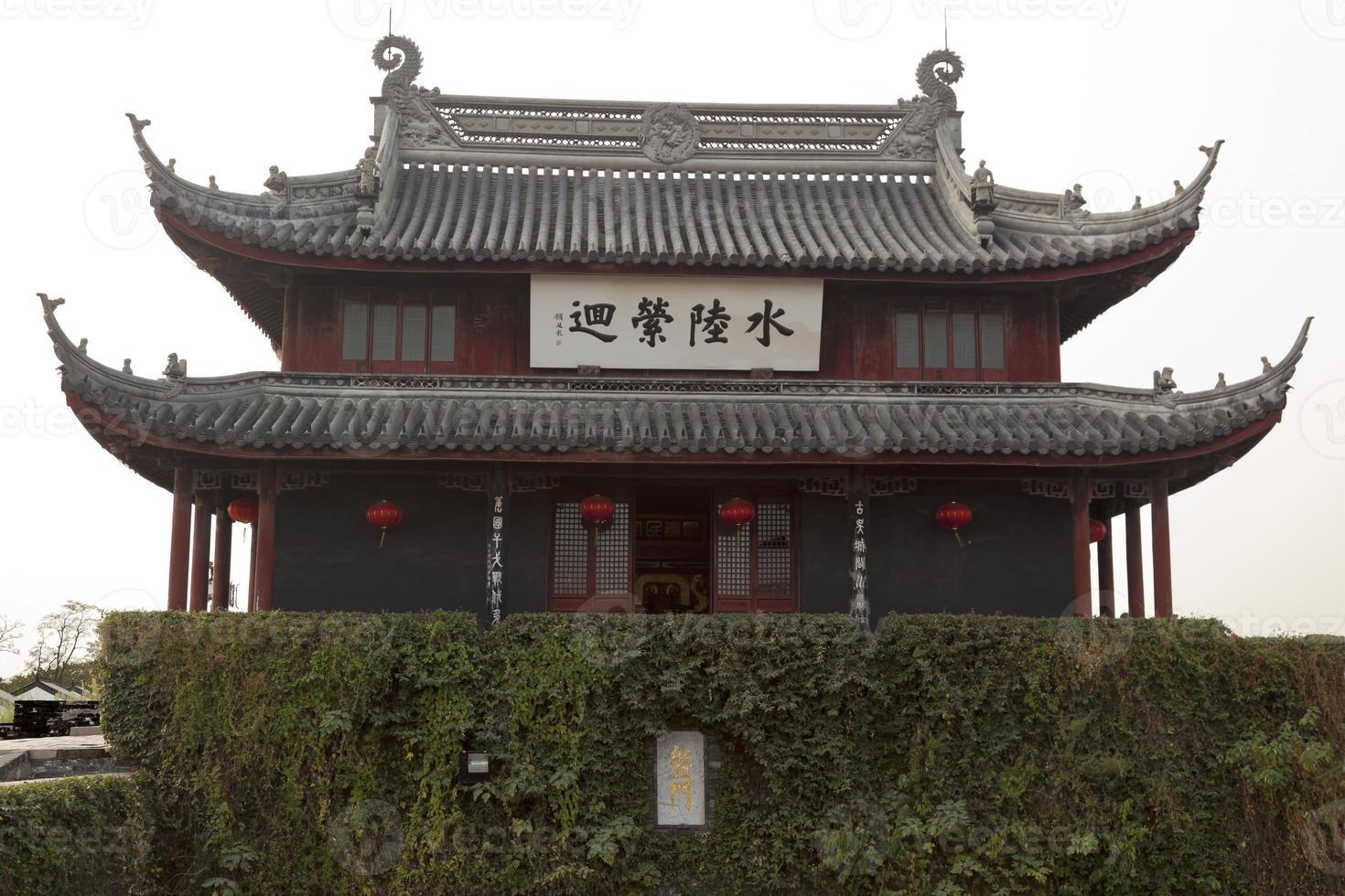 panela homens portão de água antigo pavilhão chinês suzhou china foto