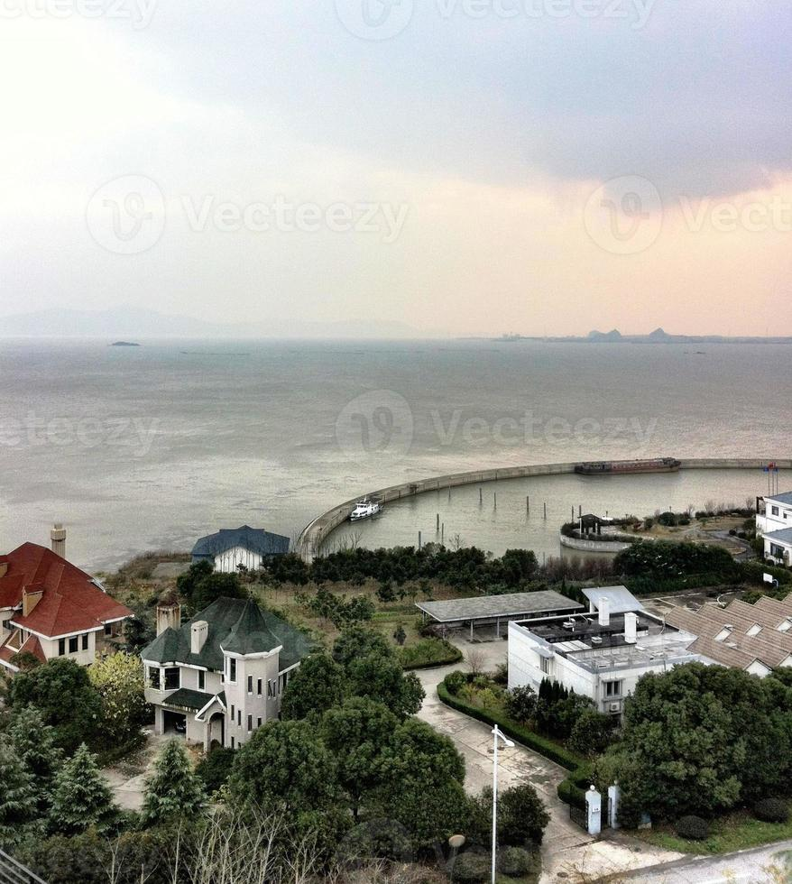 casas de férias em suzhou, lago, ilha, porto, barcaça, estância de férias. foto