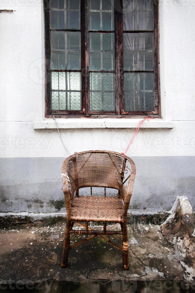 cadeira de vime abandonada no distrito de pingjiang de suzhou, china foto