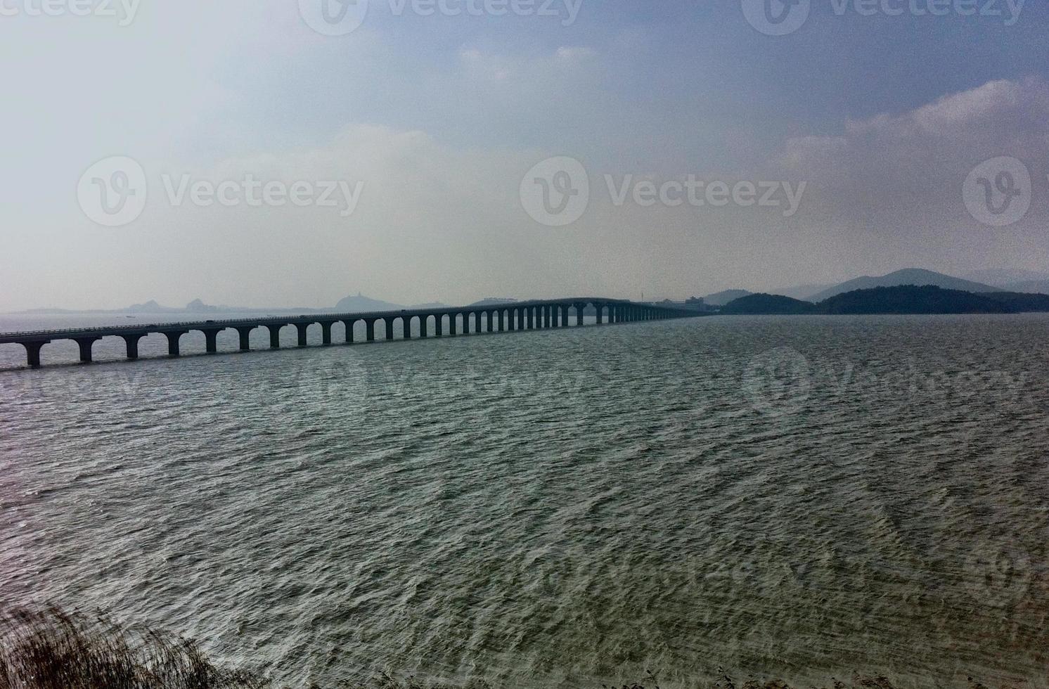 ponte da estrada que conecta ilhas na área do lago suzhou. foto