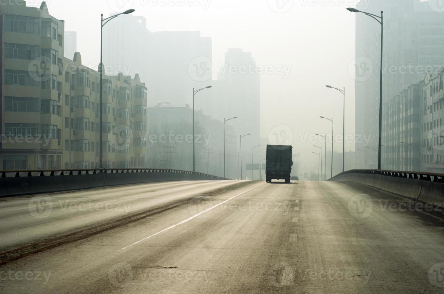 neblina na cidade foto