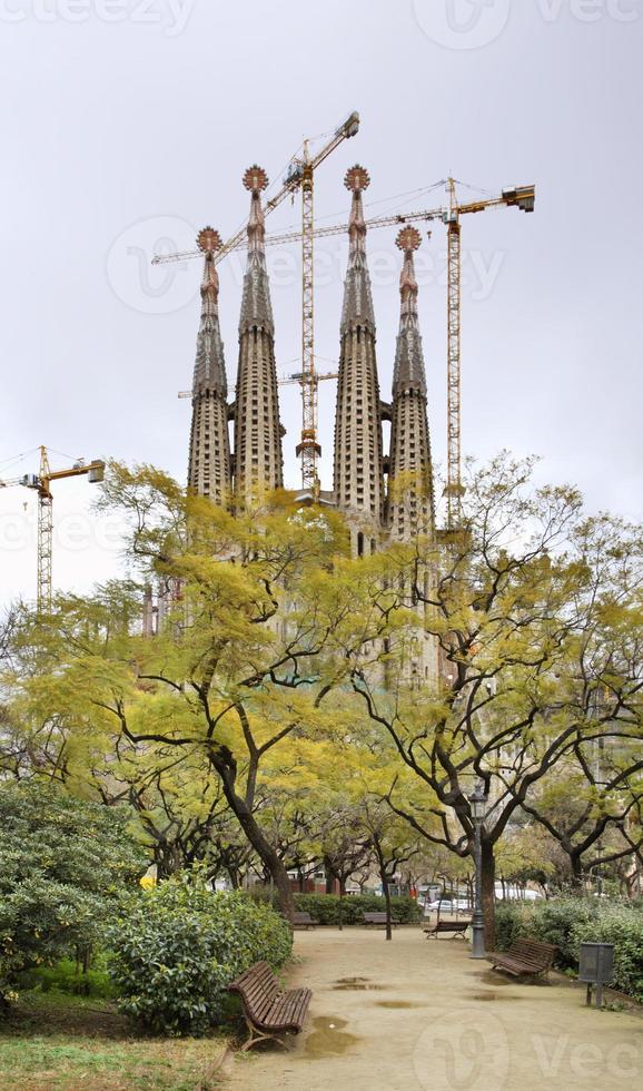 basílica e igreja expiatória da sagrada família em barcelona foto