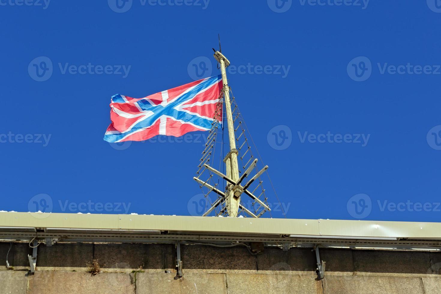 bandeira em um bastião da fortaleza de pedro e paul foto