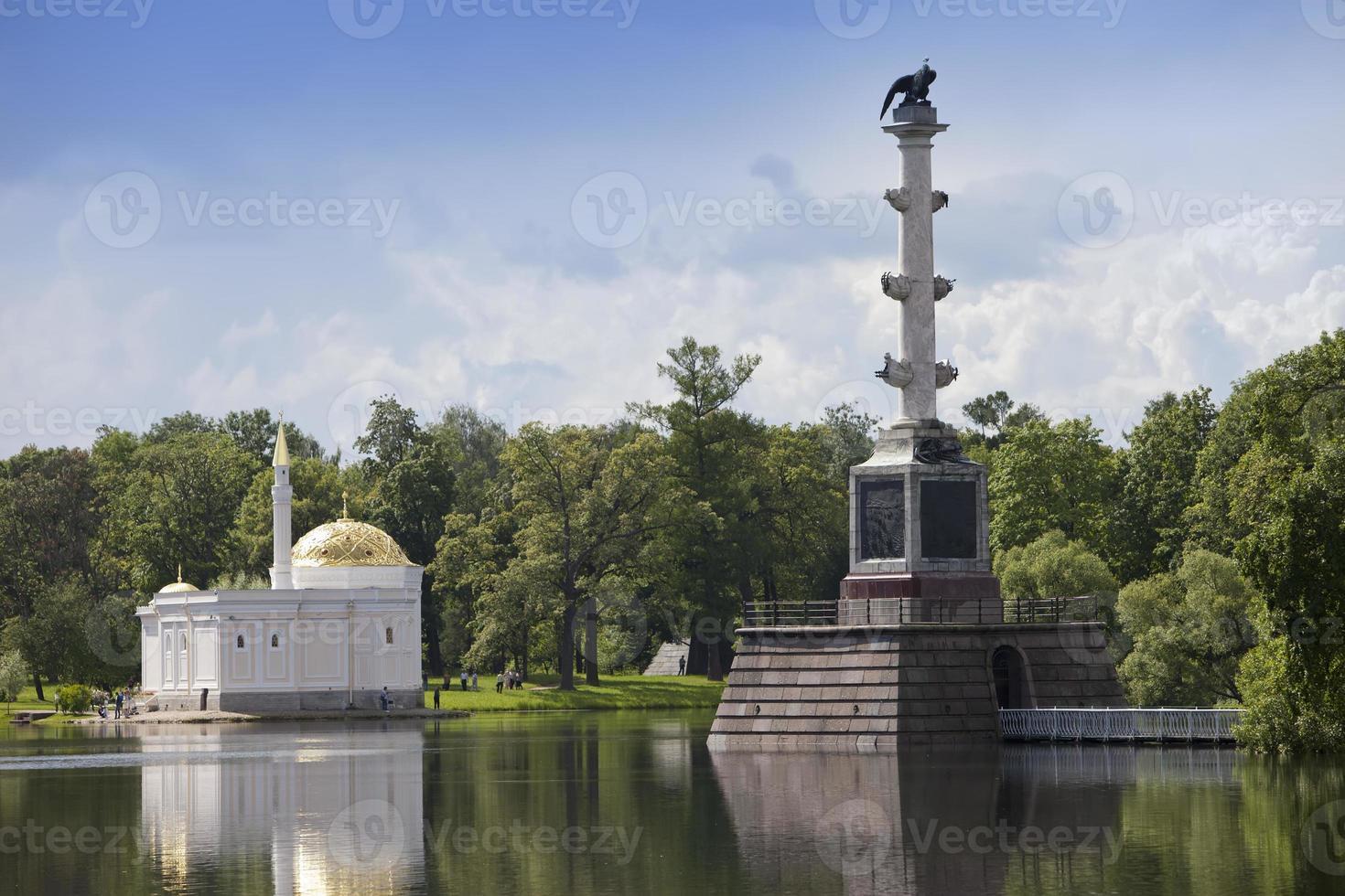 "coluna chesme e pavilhão ""banho turco"". Catherine Park. Pushkin. petersburg foto"