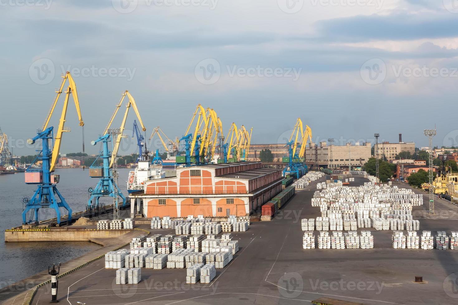 st. guindastes portuários e carga de petersburgo foto