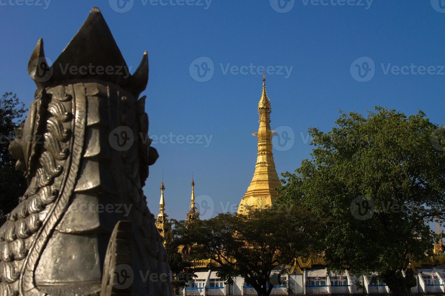 monumento da independência e pagode sule, yangon foto