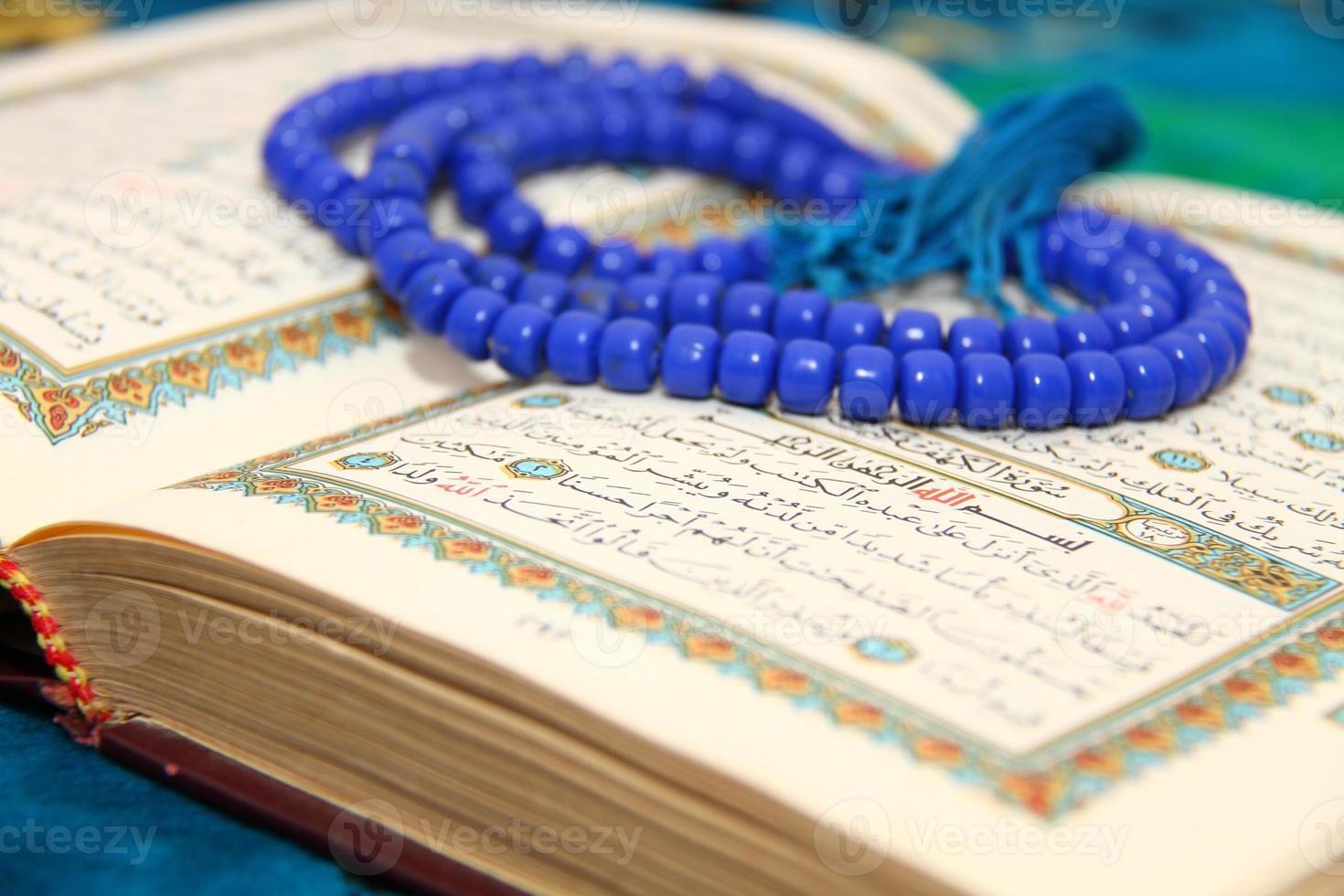 lendo o Alcorão Sagrado foto