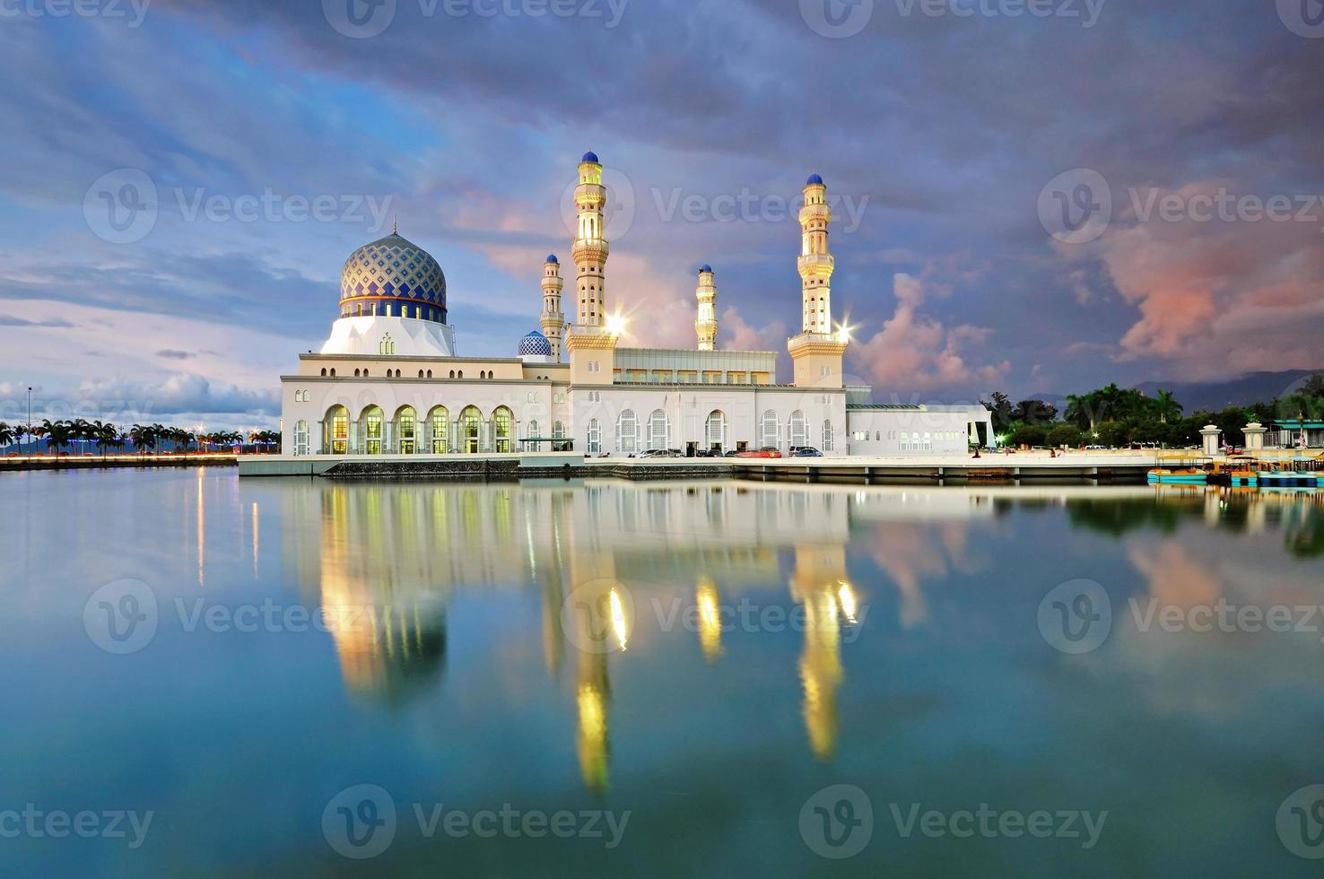 kota kinabalu cidade mesquita malásia foto