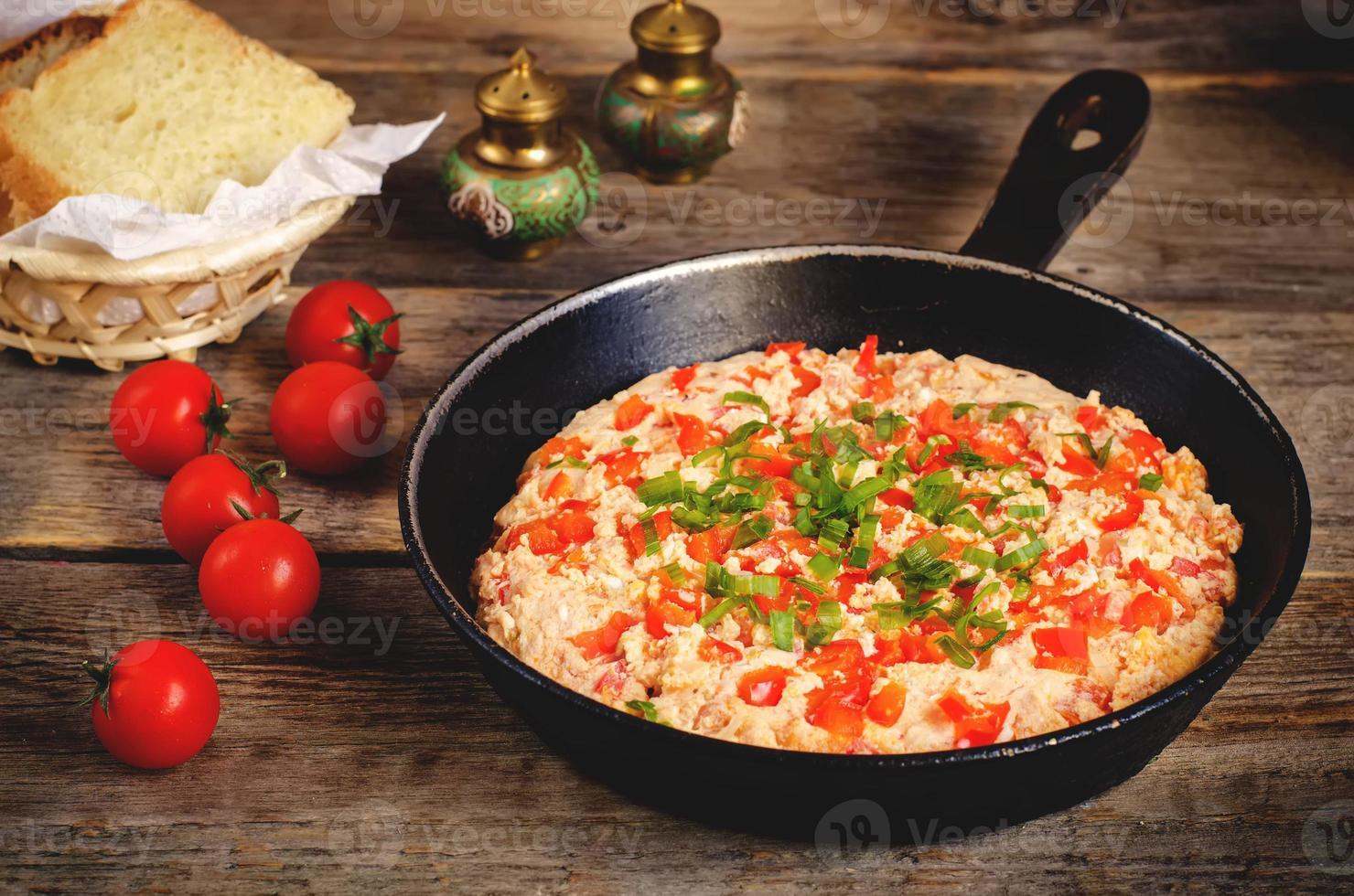 omelete turco tradicional menemen com tomates foto